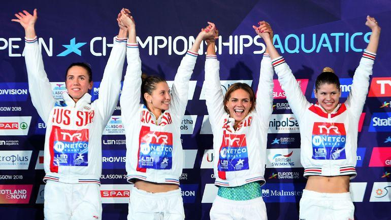 Анастасия ФЕСИКОВА, Светлана ЧИМРОВА, Юлия ЕФИМОВА и Мария КАМЕНЕВА празднуют победу в эстафете. Фото AFP