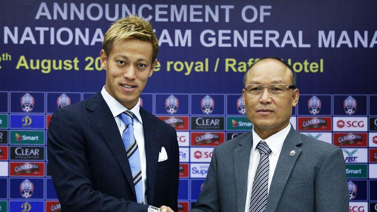 12 августа президент Футбольной федерации Камбоджи Сао СОКХА (справа) и Кейсуке ХОНДА объявили о начале сотрудничества. Просто играть японцу уже скучно. Фото AFP