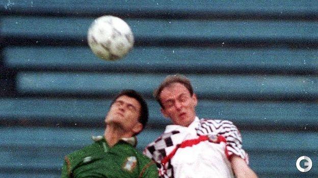 16 августа 1992 года. Москва. Россия - Мексика - 2:0. Виктор Онопко (справа) в борьбе за мяч. Фото Александр Федоров,