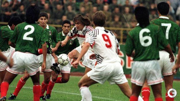 16 августа 1992 года. Москва. Россия - Мексика - 2:0. Дмитрий Радченко (с мячом). Фото Александр Федоров,