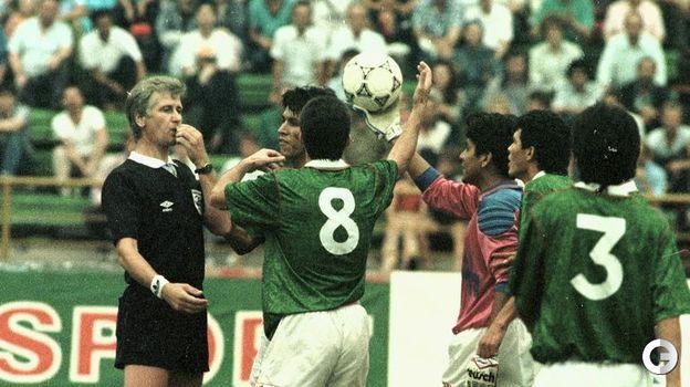 16 августа 1992 года. Москва. Россия - Мексика - 2:0. Игроки сборной Мексики спорят с судьей. Фото Александр Федоров,