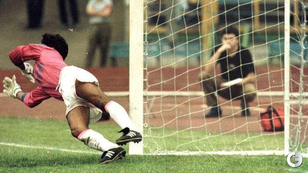 16 августа 1992 года. Москва. Россия - Мексика - 2:0. Валерий Каприн забивает гол с пенальти. Фото Александр Федоров,