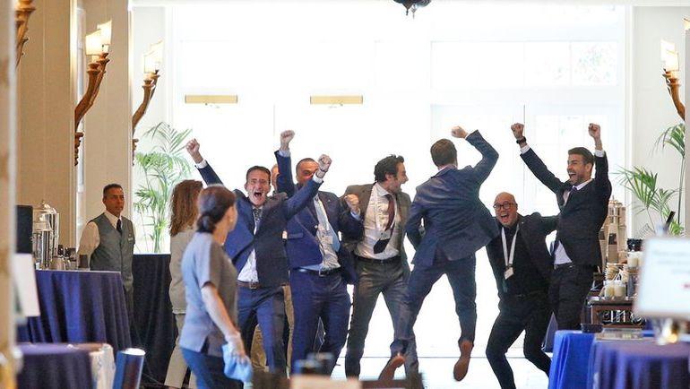 16 августа. Орландо. Жерар ПИКЕ (справа) и его команда празднуют победу в борьбе за изменение формата Кубка Дэвиса. Фото AFP
