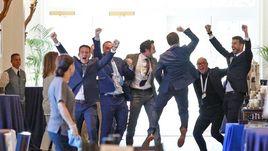 16 августа. Орландо. Жерар ПИКЕ (справа) и его команда празднуют победу в борьбе за изменение формата Кубка Дэвиса.