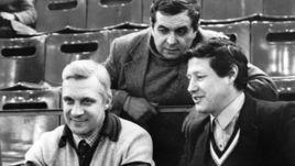 1980-е годы. Режиссер спортивных трансляций Эрнест СЕРЕБРЕННИКОВ (в центре) с комментаторами Владиславом ГУСЕВЫМ (слева) и Геннадием ОРЛОВЫМ.