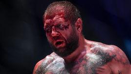 Тони Джонсон разбил лицо Александру Емельяненко во время боя.