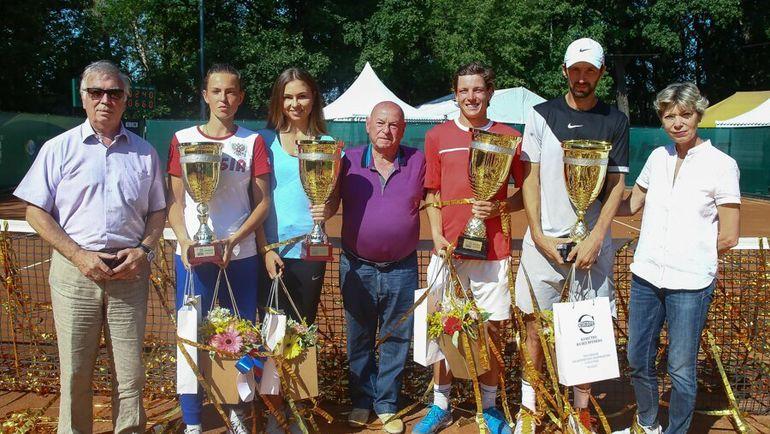 Владимир КАМЕЛЬЗОН (в центре) с победителями турнира Moscow Open.
