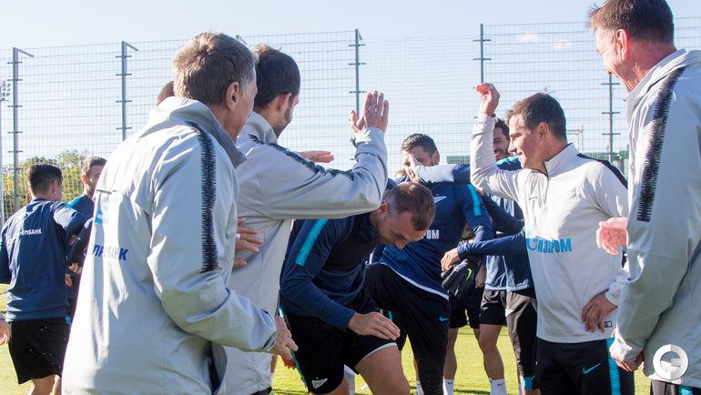 """Среда. Санкт-Петербург. Тренировка """"Зенита"""".Перед тренировкой партнеры поздравили Артема ДЗЮБУ с днем рождения, по традиции прогнав юбиляра сквозь строй."""