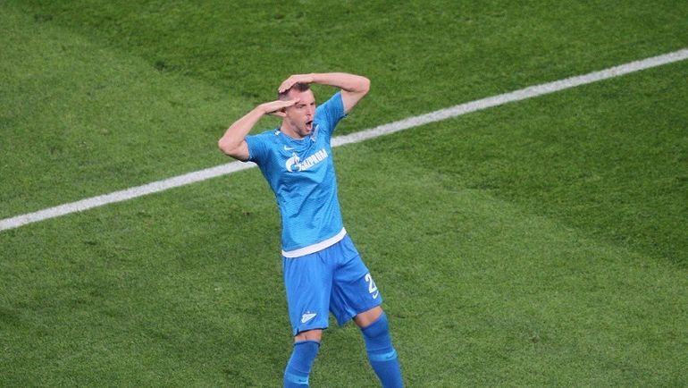"""Артем ДЗЮБА празднует гол в своем фирменном стиле. Фото Твиттер ФК """"Зенит"""""""