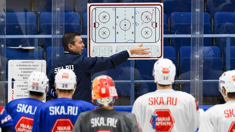 Главный тренер СКА Илья ВОРОБЬЕВ со своей командой. Фото photo.khl.ru