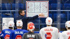 Главный тренер СКА Илья ВОРОБЬЕВ со своей командой.