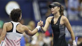 3 сентября. Нью-Йорк. Мария ШАРАПОВА (справа) поздравляет Карлу СУАРЕС НАВАРРО с выходом в четвертьфинал US Open.
