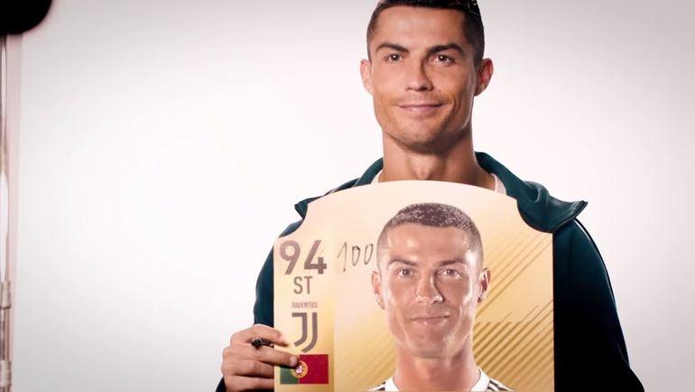Криштиану Роналду со своей карточкой из FIFA 19. Фото YouTube-канал EA SPORTS FIFA