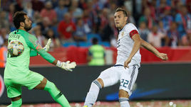 7 сентября. Трабзон. Турция – Россия – 1:2. 49-я минута. Артем Дзюба (справа) забивает победный гол.