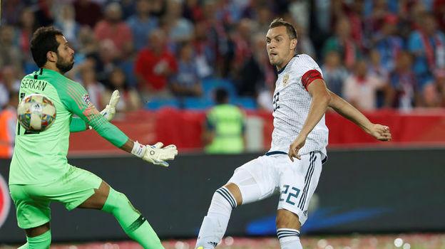 7 сентября. Трабзон. Турция – Россия – 1:2. 49-я минута. Артем Дзюба (справа) забивает победный гол. Фото Reuters