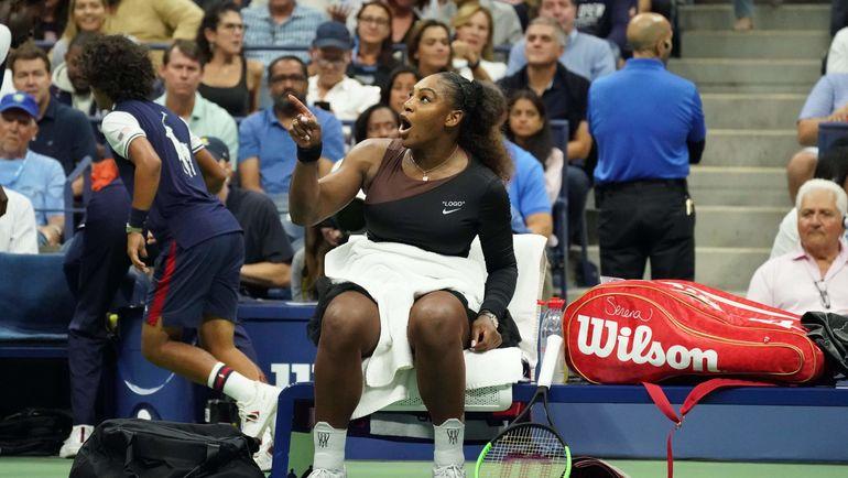 Суббота. Нью-Йорк. По ходу финала US Open Серена Уильямс поругалась с судьей Карлосом Рамосом. Фото AFP