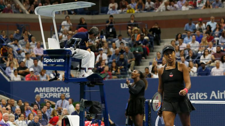 8 сентября. Нью-Йорк. Наоми Осака (справа) обыграла Серену Уильямс в финале US Open, а та - сорвалась из-за судьи на вышке. Фото AFP