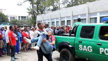 9 сентября. Оказание помощи пострадавшим в давке на стадионе в Антонанариву перед матчем Кубка африканских наций Мадагаскар - Сенегал (2:2). Фото https://twitter.com/oluwashina