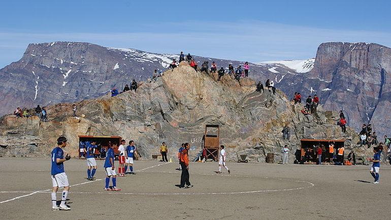 Классический футбольный матч в Гренландии. Фото Eldesmarque