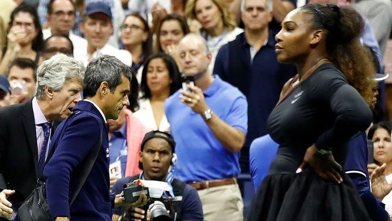 Суббота. Нью-Йорк. Карлос Рамос (второй слева) спешно покидает корт после финала US Open, в котором Серена Уильямс (справа) устроила истерику и назвала его лжецом и вором. Фото AFP