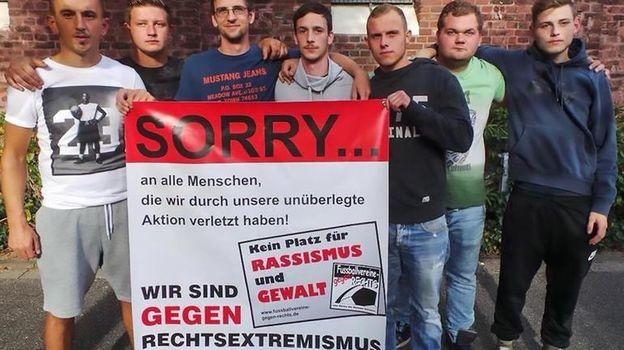 Провинившиеся игроки и плакат с извинениями. Фото The Sun