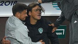 Пилипчук фотографируется с фанатами и покидает стадион