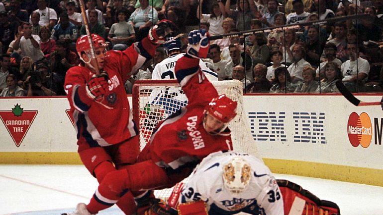 Валерий Зелепукин (слева) и Алексей Ковалев празднуют гол в четвертьфинальном матче Кубка мира-1996 Россия - Финляндия (5:0) в Оттаве. Фото REUTERS