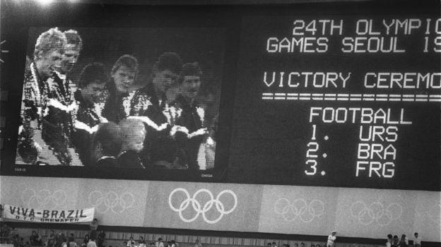 1 октября 1988 года. Сеул. СССР - Бразилия - 2:1 (д.в.). Награждение сборной СССР. Фото Игорь Уткин