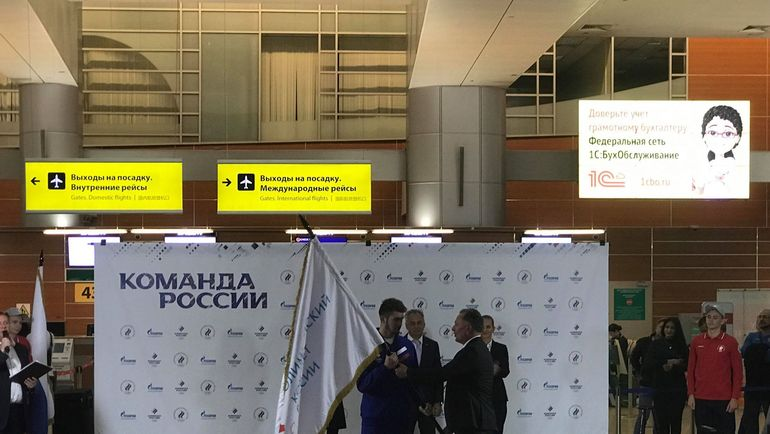 """Станислав Поздняков передает флаг. Фото Дмитрий Симонов., """"СЭ"""""""