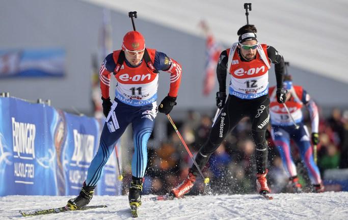 Антон ШИПУЛИН (слева) благодаря четвертому месту в спринте сократил отставание от лидера общего зачета Кубка мира Мартена ФУРКАДА Фото AFP