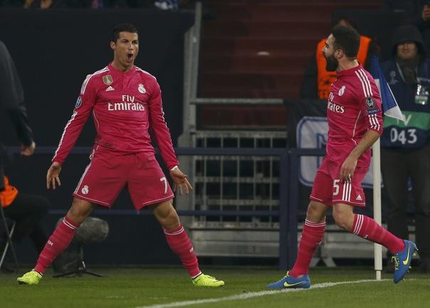 """Сегодня. Гельенкирхен. """"Шальке"""" - """"Реал"""" - 0:2. Португалец КРИШТИАНУ РОНАЛДУ (слева) празднует забитый гол. Фото Reuters"""