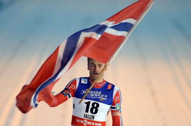 Сегодня. Фалун. Петтер НОРТУГ с флагом Норвегии Фото AFP