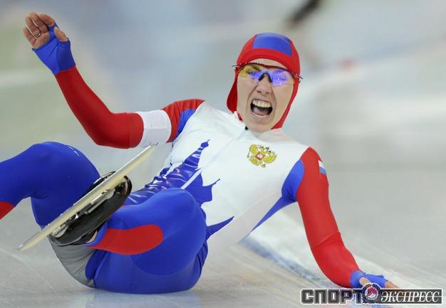 Россиянка Юлия НЕМАЯ упала во время второго забега на 500 метров. Фото REUTERS.