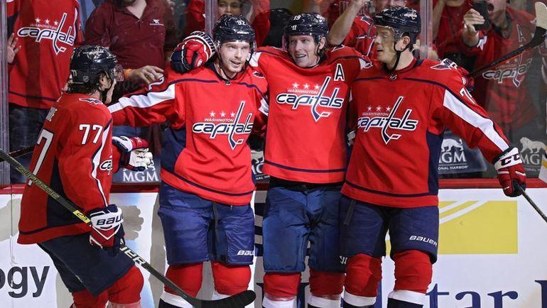 """Евгений Кузнецов с партнерами празднуют успех """"Вашингтона"""". Фото НХЛ."""
