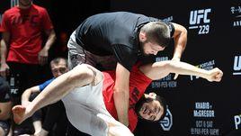3 октября. Лас-Вегас. Хабиб Нурмагомедов (в черном) во время открытой тренировки.