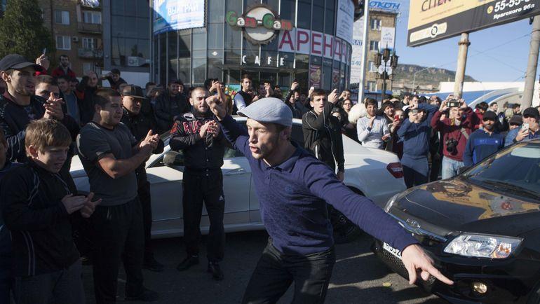 Танцы на улицах Махачкалы по случае победы Хабиба Нурмагомедова. Фото REUTERS