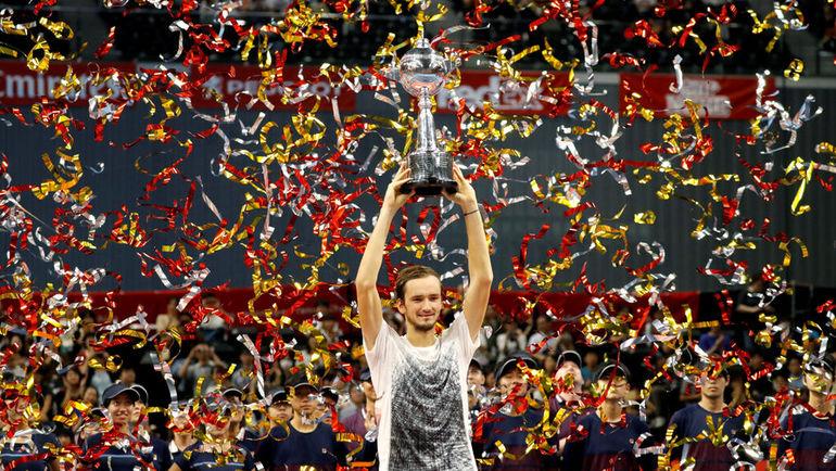 7 октября. Токио. Japan Open. Финал. Даниил Медведев с чемпионским кубком. Фото REUTERS