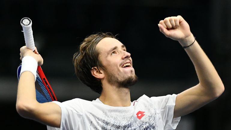 Медведев обыграл канадца Раонича ивышел вполуфинал теннисного турнира вТокио