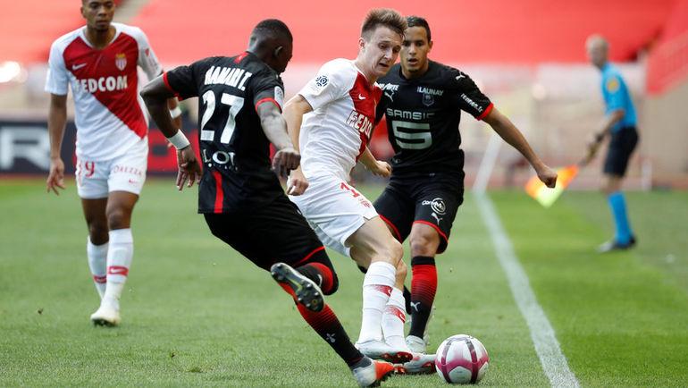 "7 октября. Монако. ""Монако"" - ""Ренн"" - 1:2. Александр Головин под прессингом игроков соперника."