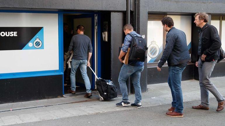 """Среда. Брюгге. Следователи прибывают в офисе ФК """"Брюгге"""" для обыска. Фото AFP"""