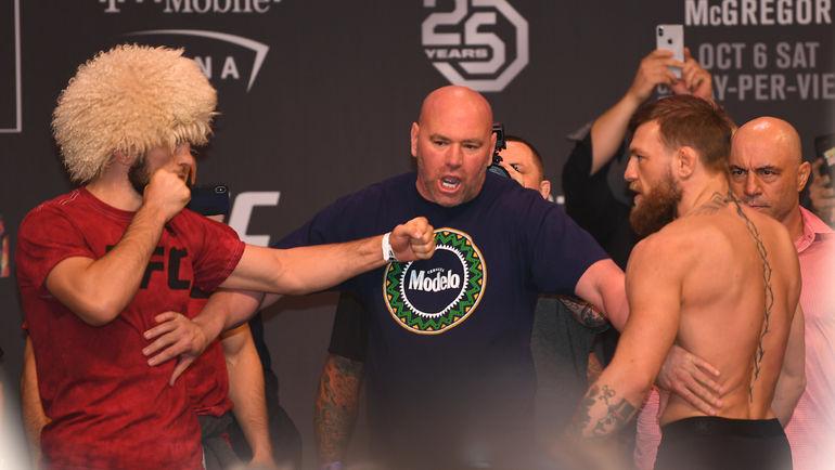 Дана Уайт (в центре) с Хабибом Нурмагомедовым (слева) и Конором Макгрегором на дуэли взглядов за сутки до боя в Лас-Вегасе. Фото USA TODAY Sports
