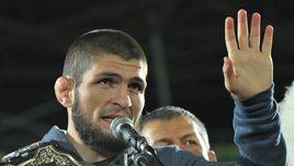 Хабиб Нурмагомедов с поясом чемпиона UFC.