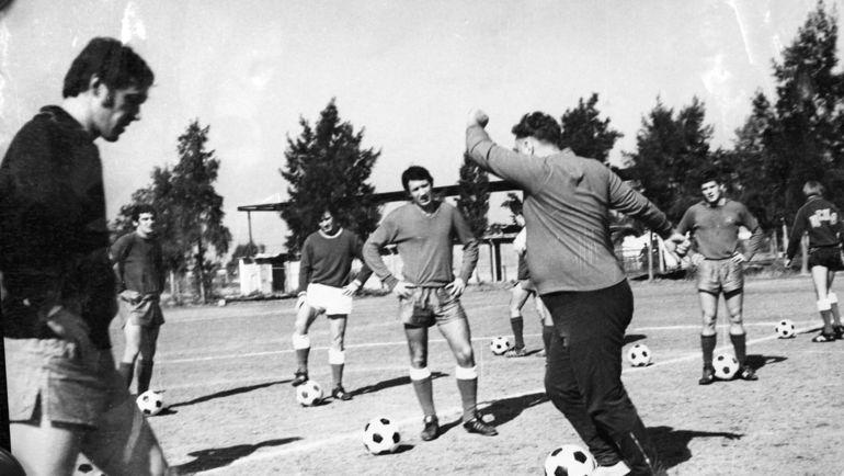 Возглавивший в 1975 году ЦСКА Анатолий Тарасов (на переднем плане) демонстрирует своим воспитанникам дриблинг. Фото Федор Алексеев