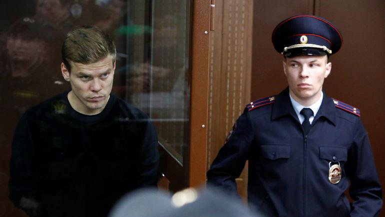 11 октября. Москва. Александр Кокорин (слева) в Тверском суде. Фото REUTERS