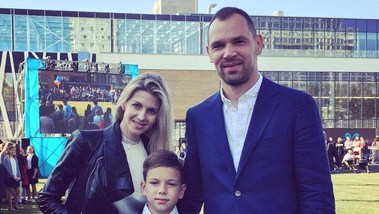 Сергей Игнашевич с женой Натальей и сыновьями Сергеем и Тимофеем. Фото instagram.com