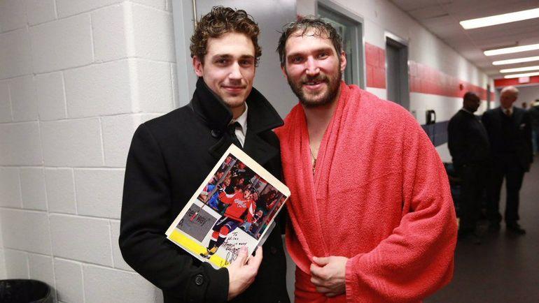 """Майлз Вуд (слева) подрался с Александром Овечкиным во время матча, а перед игрой встретился, чтобы взять автограф. Фото """"Вашингтон"""""""