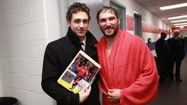 Майлз Вуд (слева) подрался с Александром Овечкиным во время матча, а перед игрой встретился, чтобы взять автограф.