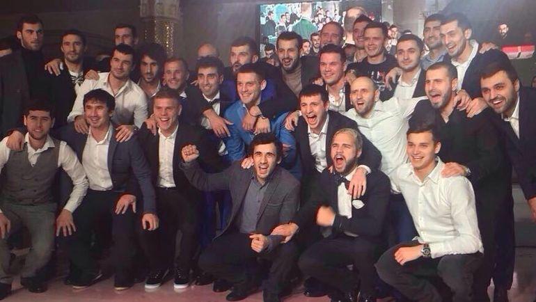 Александр и Кирилл Кокорин с друзьями из мира футбола на той самой свадьбе Алана Чочиева. Фото Инстаграм