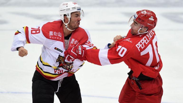Алексей Пепеляев (справа). Фото photo.khl.ru