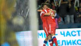 14 октября. Сочи. Россия - Турция - 2:0. Денис Черышев (справа) празднует гол с Александром Головиным.